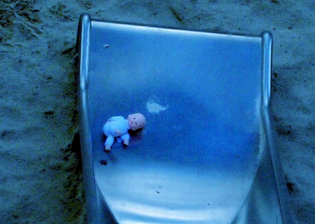 Welches Kind ist so grausam, seine Puppe über Nacht den Gesetzen der Natur zu überlassen, Norbert W. Schlinkert (Ausschnitt)